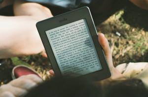 Leer en  formato digital en España cuesta más de 135 €